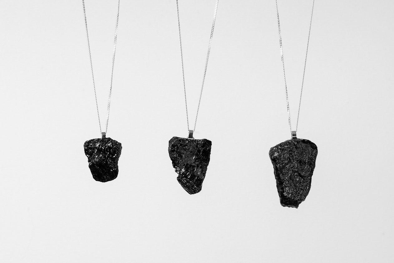 Niepowtarzalność poszczególnych egzemplarzy wynika z samego materiału – węgla kamiennego.