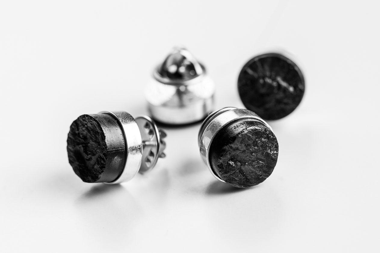Niepowtarzalność poszczególnych egzemplarzy wynika z samego materiału – węgla kamiennego