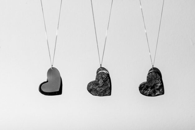 Niepowtarzalność poszczególnych egzemplarzy wynika z samego materiału –węgla kamiennego.