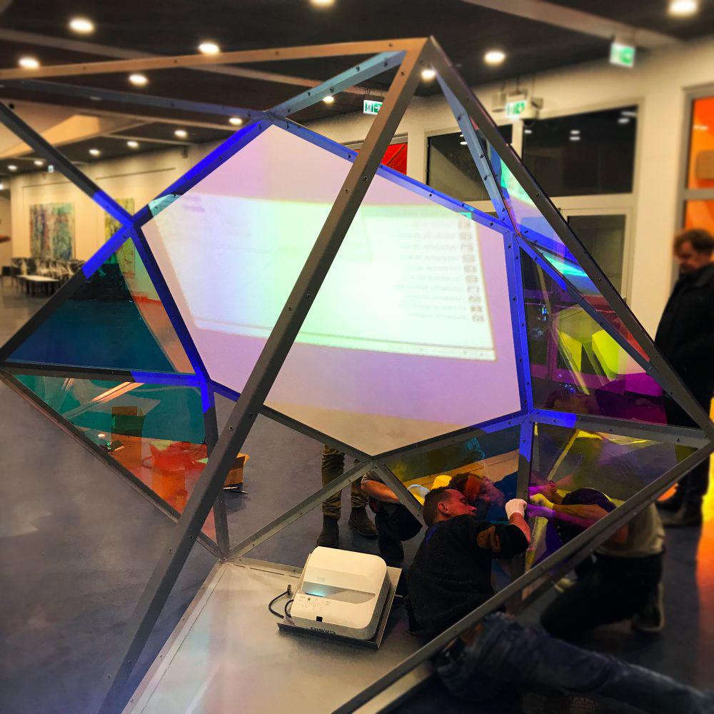Diament – instalacja tymczasowa przygotowana pod wystawę na otwarcie Stadionu Śląskiego w Chorzowie poliwęglan konstrukcja stalowa oświetlenie kolorowa folia projektor