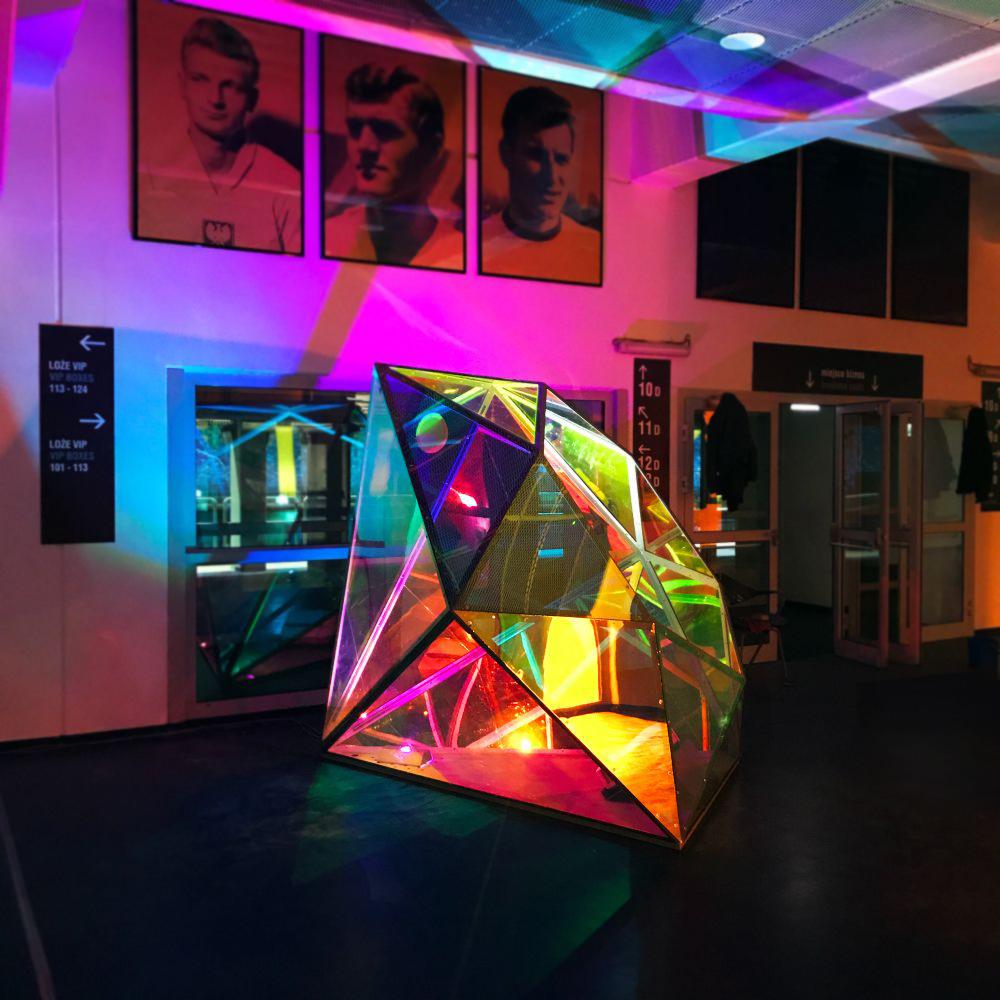 Diament – instalacja tymczasowa przygotowana pod wystawę na otwarcie Stadionu Śląskiego w Chorzowie poliwęglan konstrukcja stalowa oświetlenie kolorowa folia
