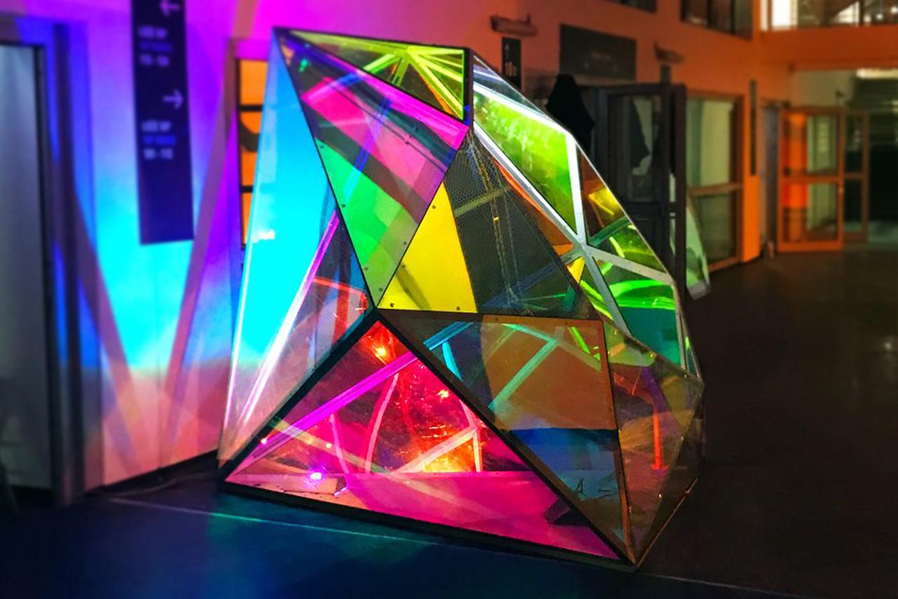 różnokolorowy diament na stadion Śląski jako instalacja bryła audiowizualna